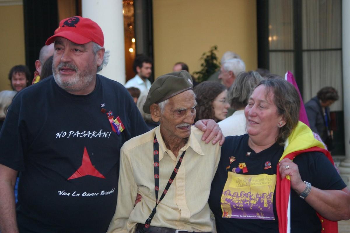 Joe Law, Universo Lipiz Rodríguez (Cuban International Brigades), and Lynda Walker, SItges, 2008. (Image reproduced with kind permission of Lynda Walker).